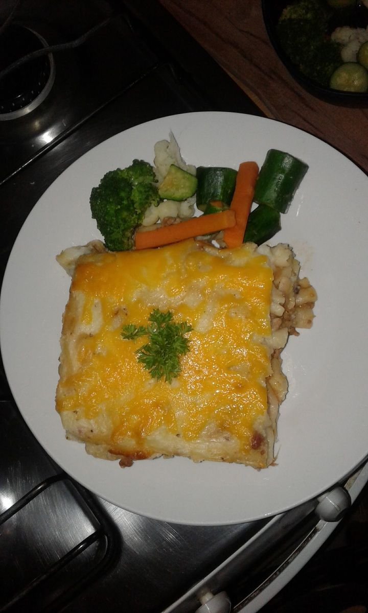 Lasagna with steamed vegetables, this makes me cheat my gym diet. I used mashed potatoes instead of the usual white sauce and because I was using macaroni, I mixed the pasta with the mince before making the lasagna layers. I found that the mashed potatoes hold the lasagna firm despite the loose pasta…