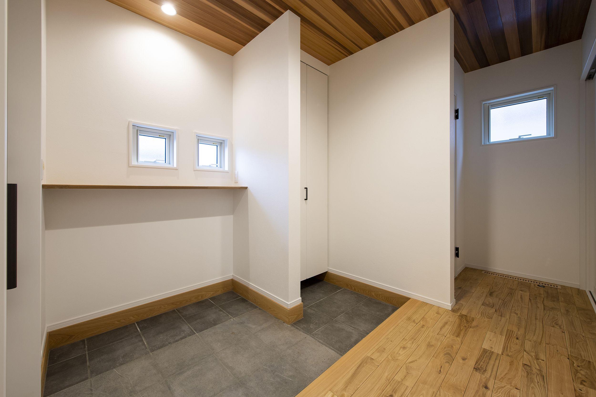 玄関ホールの天井を杉板張りにしました 暖かい木のぬくもりがお客様