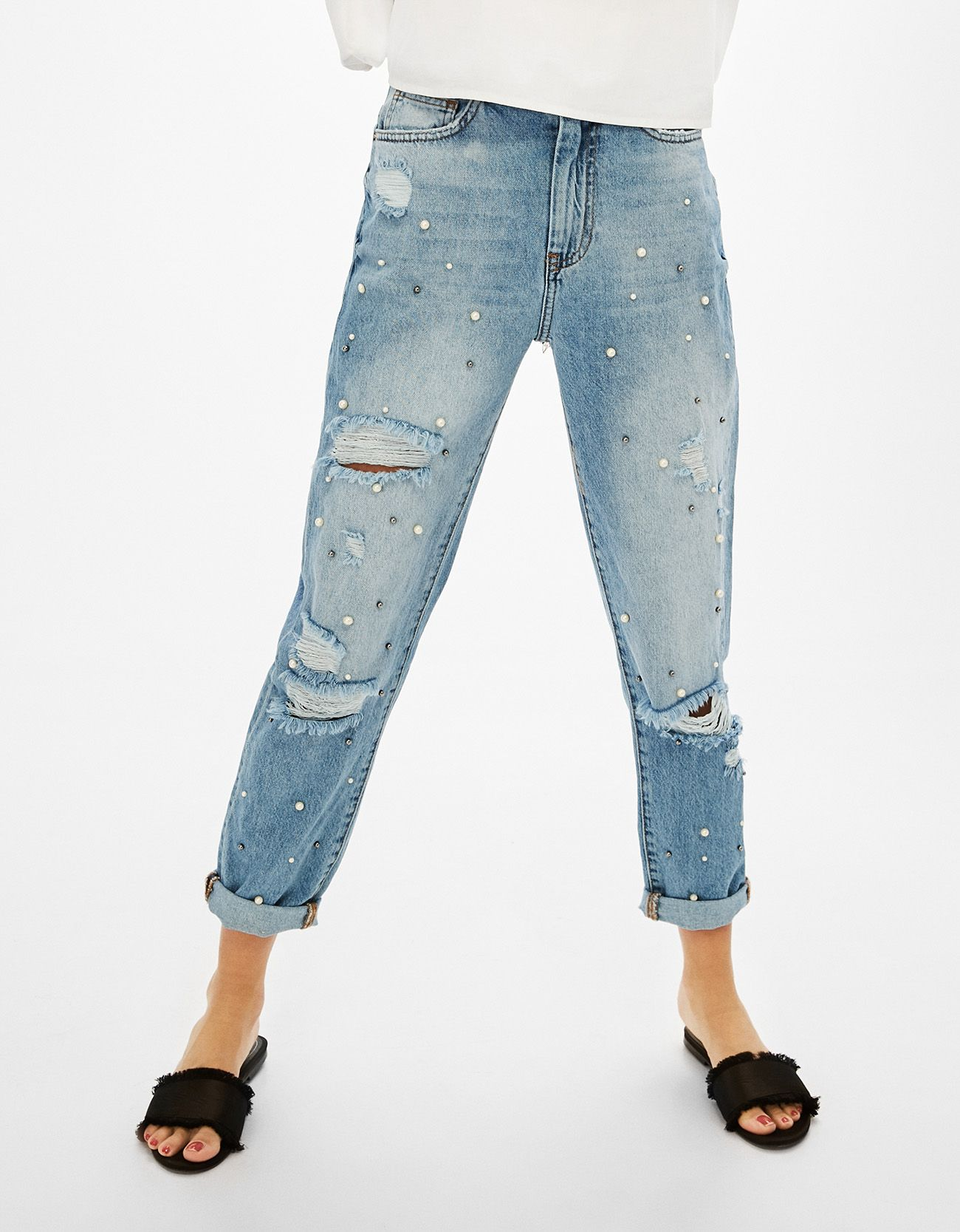 6e67860037b59 Jeans Mon Fit perlas y rotos. Descubre ésta y muchas otras prendas en  Bershka con nuevos productos cada semana