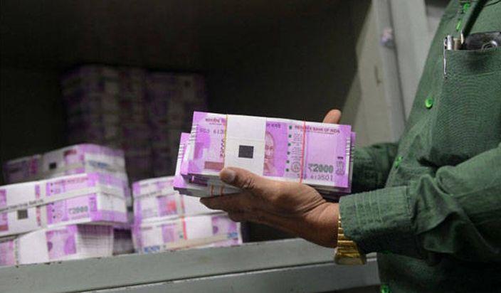4 लाख रुपये की रिश्वत में मिले दो-दो हजार के नए नोट, अरेस्ट