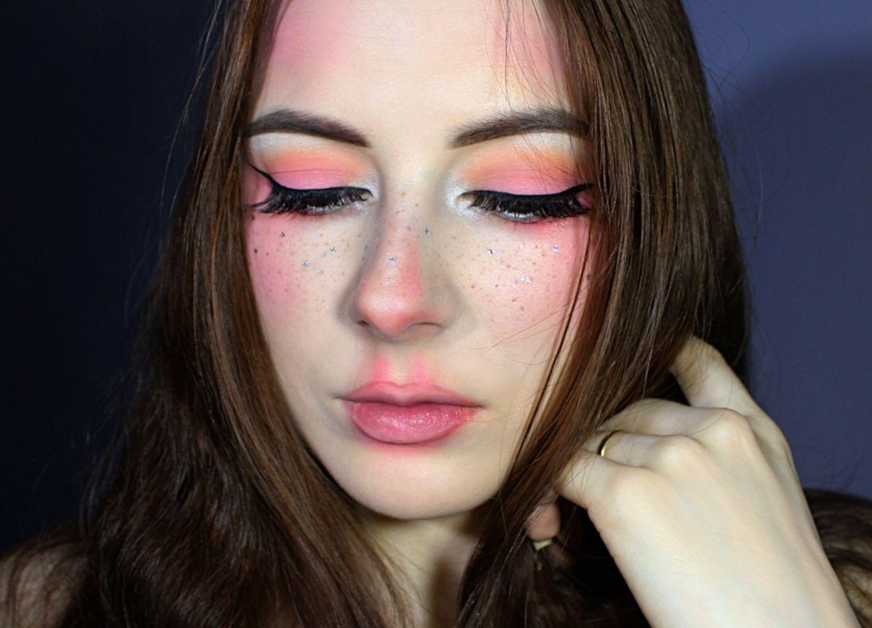 Freckled Fairy Makeup Look Faux freckles, Makeup trends