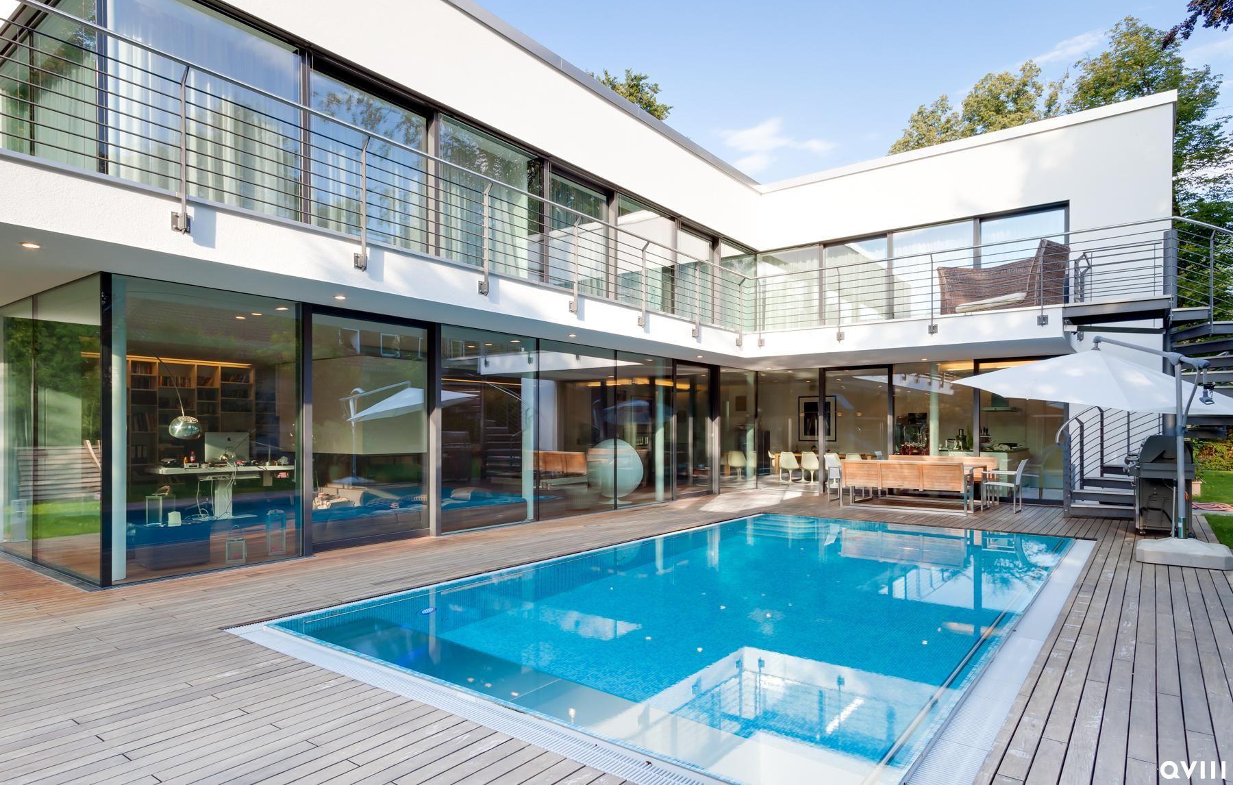 Moderne häuser mit innenpool  Immobilien München - Großzügiger Pool auf Terrasse einer Bauhaus ...