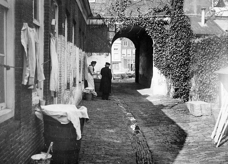 Een hofje aan de Linker Rottekade in 1914.