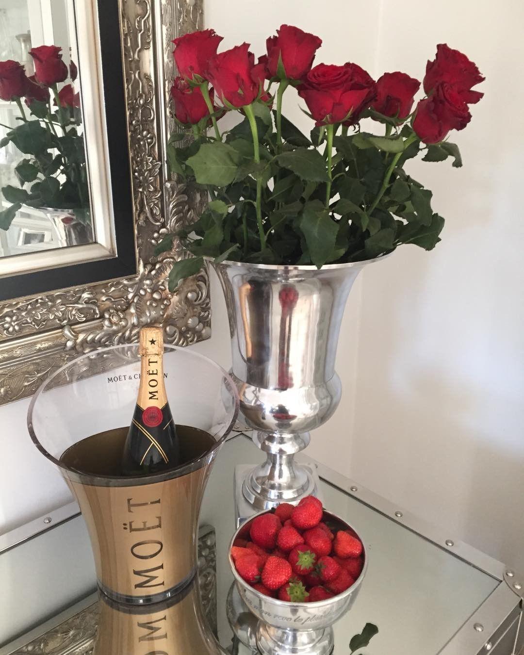 Lørdag  #classicliving #moet #champagne #jordbær  #interiorforyou #interior123 #interiordecorating # #homedesign #glam #classichomes #interiorlovers #style #livingroom #interior4all #me #you #roominterior #vakrehjem #nordiskehjem #nordicinspiration #boligpluss #bobedre #skandenaviskehjem #finahem