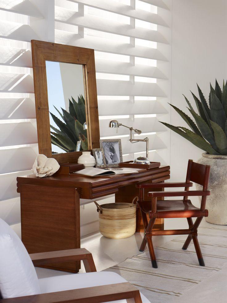 bureau moderne et ensoleill en bord de mer avec un mobilier ralph lauren home en bois de. Black Bedroom Furniture Sets. Home Design Ideas