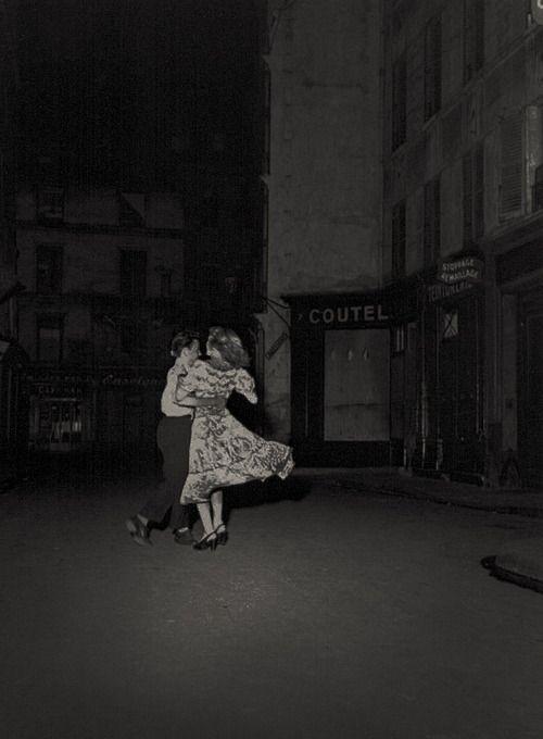 Robert Doisneau. La dernière valse du 14 Juillet Paris, 1949