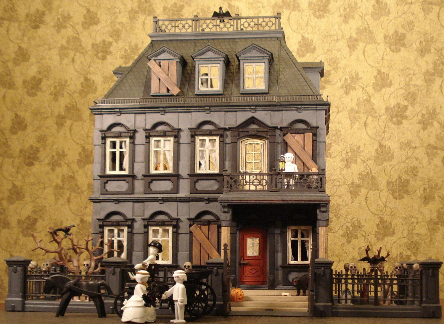 Playmobil haunted halloween victorian mansion 5300 custom for Custom built victorian homes
