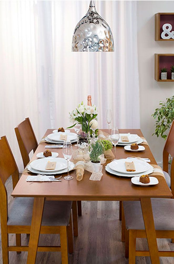 Optamos por uma mesa mais livre, usando apenas caminhos de mesa. Isso facilita o equilíbrio da decoração e faz com que ela fique mais delicada.