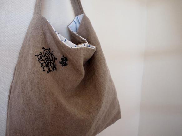 手触りのいい、少し厚めのリネンを使い刺繍をしました。持ち手に薄いキルト綿をはさんでいます。サイズ:約w38×h39×d6.5    持...|ハンドメイド、手作り、手仕事品の通販・販売・購入ならCreema。