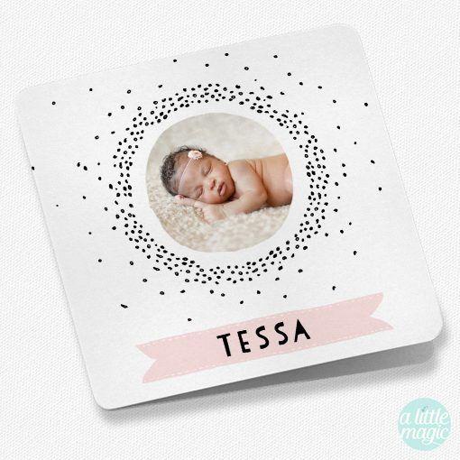 FG-68 Geboortekaartjes met foto Tessa Een geboortekaartje met foto van jullie eigen kindje. In roze, zwart en wit. Met geboorte-icoontjes en de naam van jullie kindje in een banner. Dit geboortekaartje is ook in mint groen verkrijgbaar.