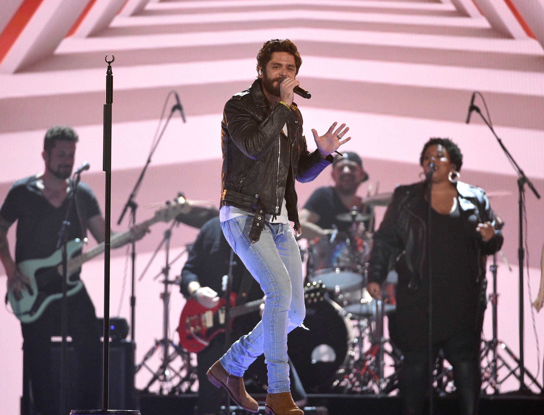 Thomas Rhett Jon Pardi Team Up For Beachy New Song Beer Can T Fix Thomas Rhett Acm Awards Jon Pardi