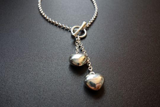 Naisten hopeinen kaulakoru kahdella sydämellä Tarkemmat hinnat ja tuoteselosteet löydät sivustoltamme: www.kultax.fi