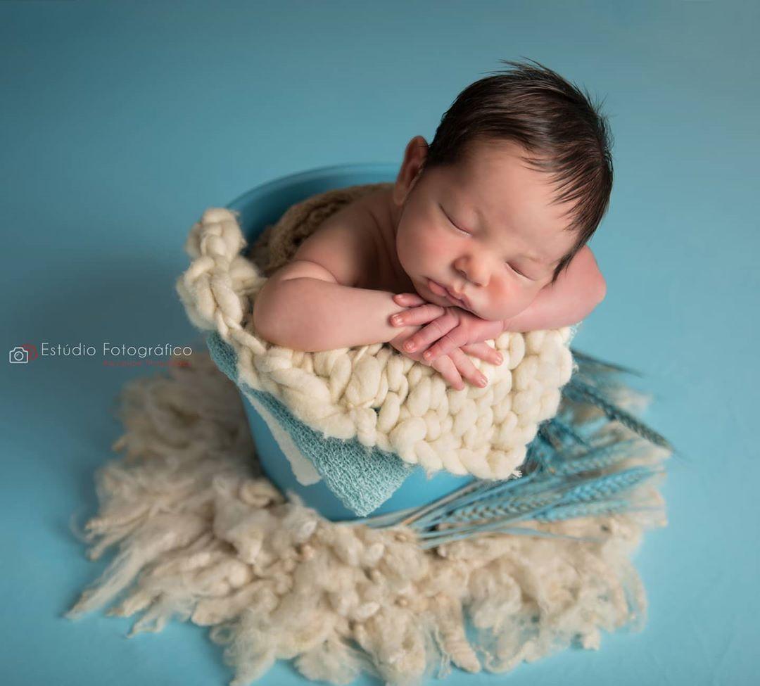 Os primeiros dias de Benício... . #newborn #ensaionewborn #newbronphotography #newborphoto #babyphoto #ensaiofotografico #fotonewborn #bebe #fotoderecemnascido #ensaiorecemnascido #ensaiofotograficoderecemnascido #baby #prop #props #fotografia #bebes