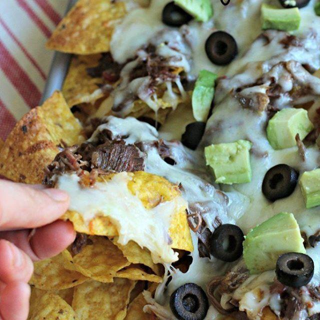 Slow Cooker Shredded Beef Sheet Tray Nachos. Easy dinner idea! http://www.themagicalslowcooker.com/2015/03/26/shredded-beef-sheet-tray-nachos/ Clickable link in my profile! . . . . #slowcooker #crockpot #shreddedbeef #nachos #nachotime #beefdinner #cheese #cheesy #easydinnerideas # #crockpotdinner