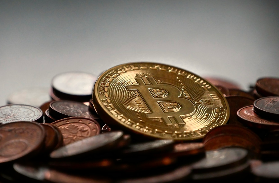 financial analyst makes cryptocurrency