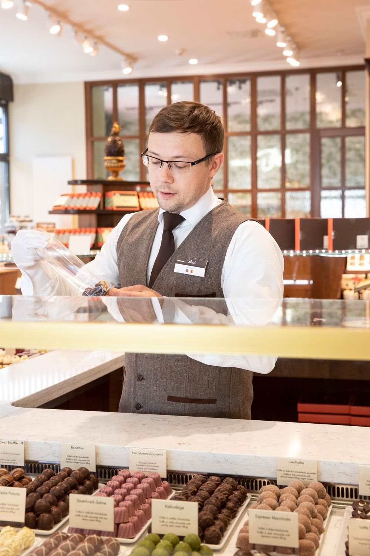 Die Langste Pralinentheke Der Welt In 2020 Pralinen Schokolade Kirschen