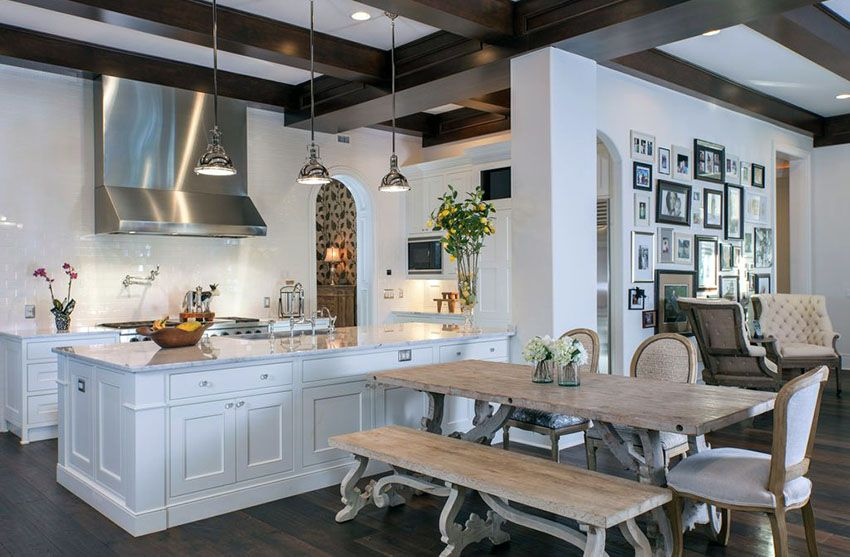 Beautiful Luxury Kitchen With White Shaker Cabinetry And Rustic Picnic Style Dining Table Chateau Moderne Cuisines Maison Cuisine Traditionnelle