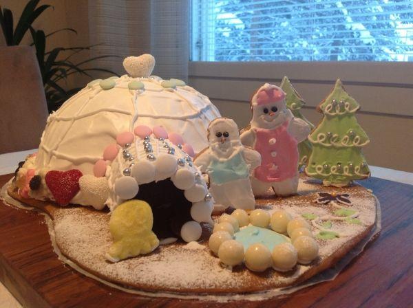 12-vuotias tyttäreni taituroi itse piparkakkutaloksi iglun perinteisen talon sijasta. Värit, pursotukset ja muu koristelu on täysin tyttären itsensä toteuttamaa. - by Anne -- Piparkakkutalo, Joulu, Gingerbread house, Christmas