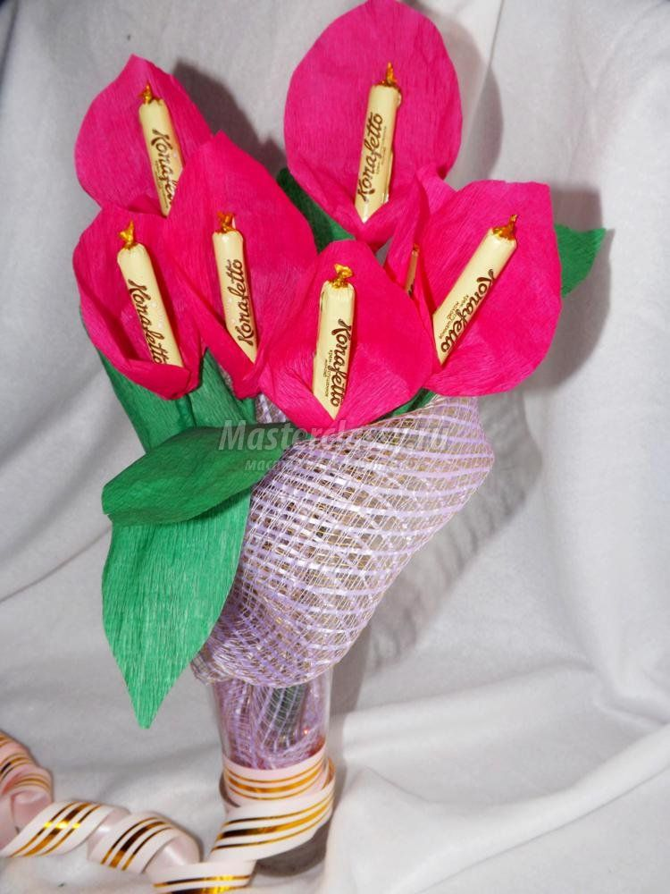 Конфеты в букетах из цветной бумаги своими руками
