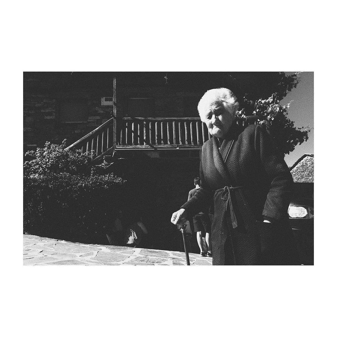 Siempre se vuelve a un pasado cuando se vuelve al pueblo. #guadalajara #valverdedelosarroyos #pueblosnegros #castillalamancha #spain #blackandwhite #blancoynegro #vsco #vscoedit #vscolovers #picoftheday #photooftheday #oldpeople #anciana #mayor #iphone6 #igers #igersspain #igersguadalajara #veraneoenelpueblo