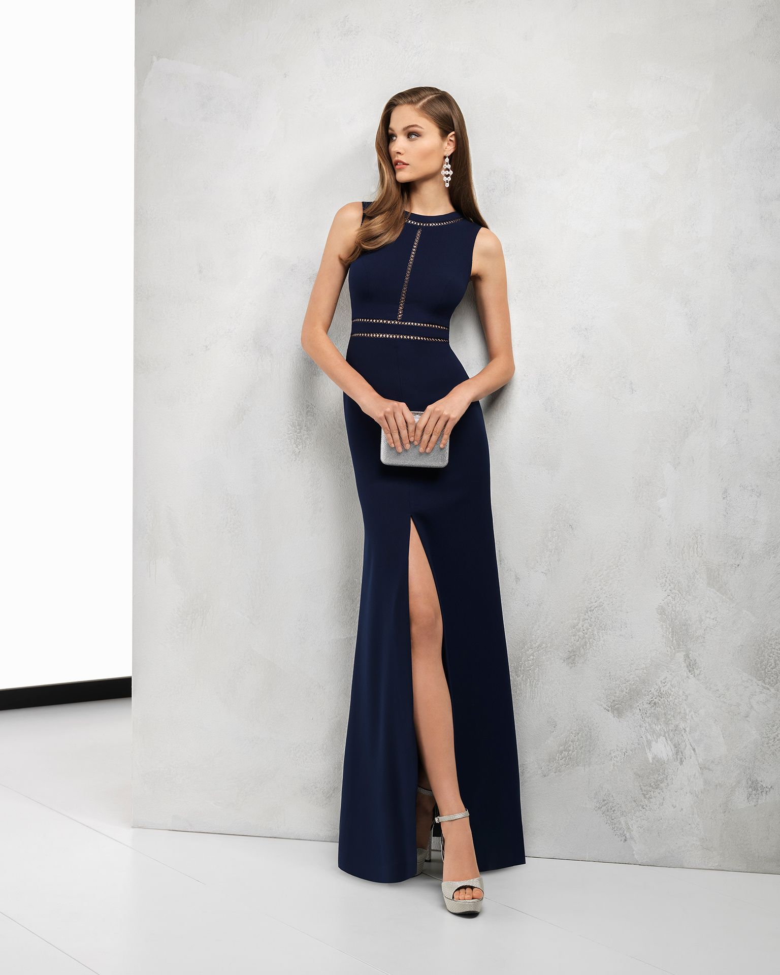 cf9c798116 Vestido de fiesta largo de crepe con apertura delantera en la falda.  Disponible en color marino