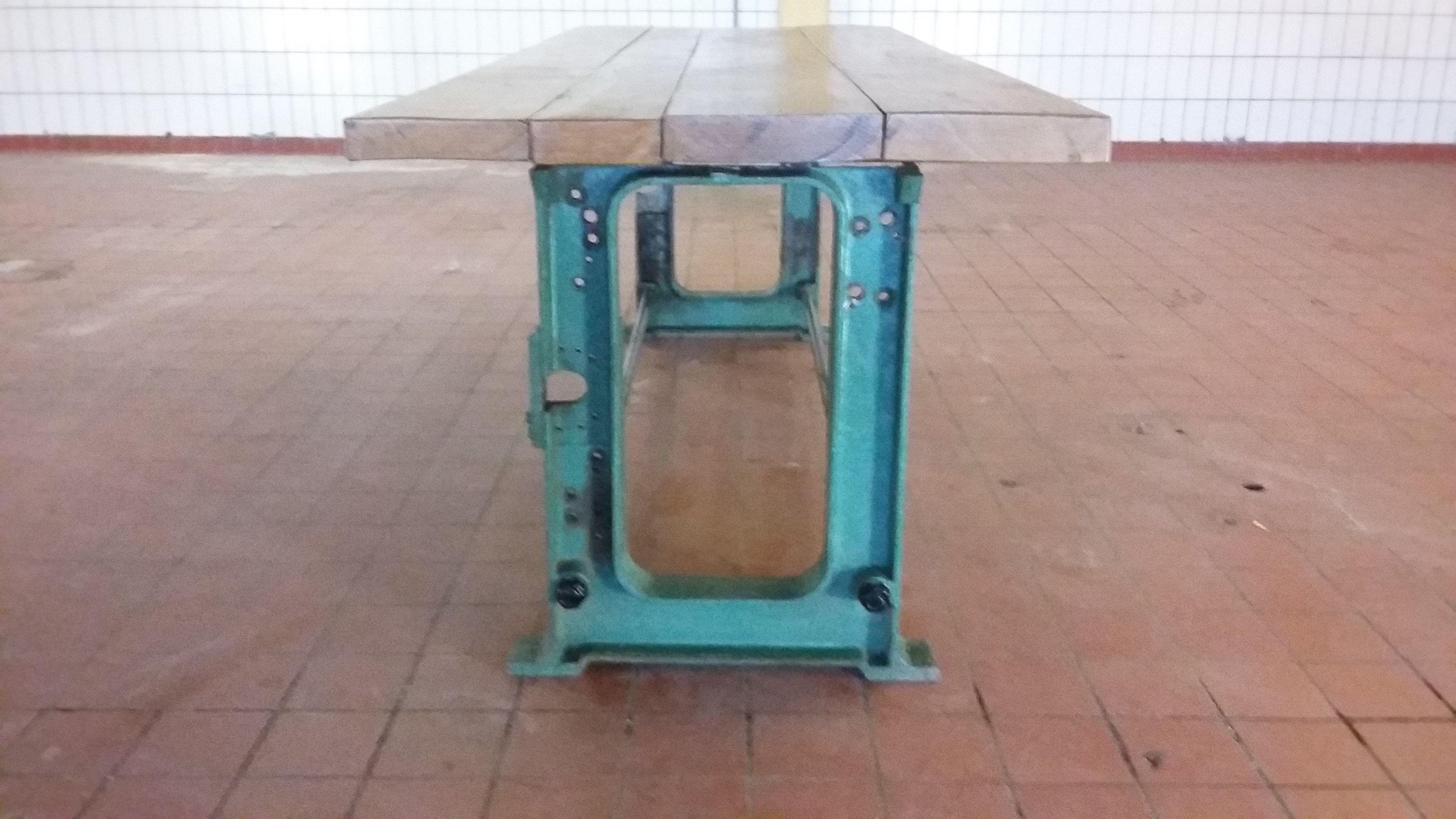 Unieke tafel met oude machine onderstel als tafelpoten er zit nu
