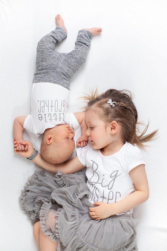 T-Shirt und Body des kleinen Bruders der großen Schwester | Bruder | metallisches silbernes T-Shirt der großen Schwester | kleiner Bruder | Geschwister Shirts | Neugeborene Fotos   – Baby pic ideas