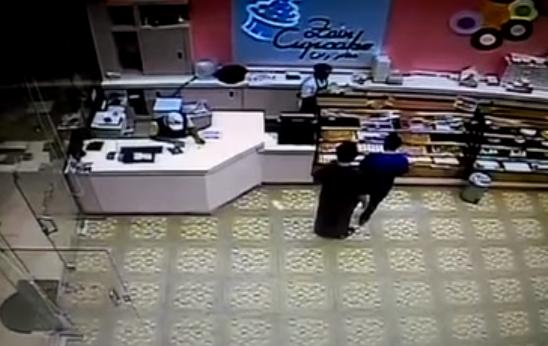 مقطع يوثق لحظة سرقة لص لصندوق نقود من محل حلويات بخميس مشيط اخباريات Desk Office Desk Cheap Web Hosting