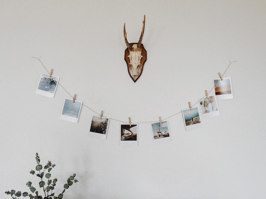 Polaroid Foto Schnur Klammern Wohnzimmer überm Sofa