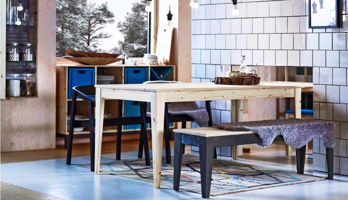 Tafel Over Bank : Eetruimte met tafel stoelen en een bank allemaal in massief