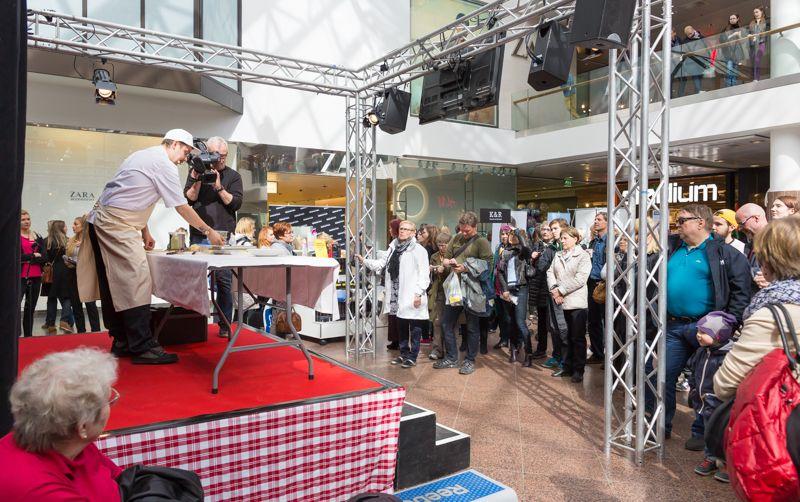 Vuoden turkulainen ja ravintola Kaskiksen ravintoloitsija Erik Mansikka esiintyi ja kokkaili Hansan Ravintolafest -tapahtumassa.