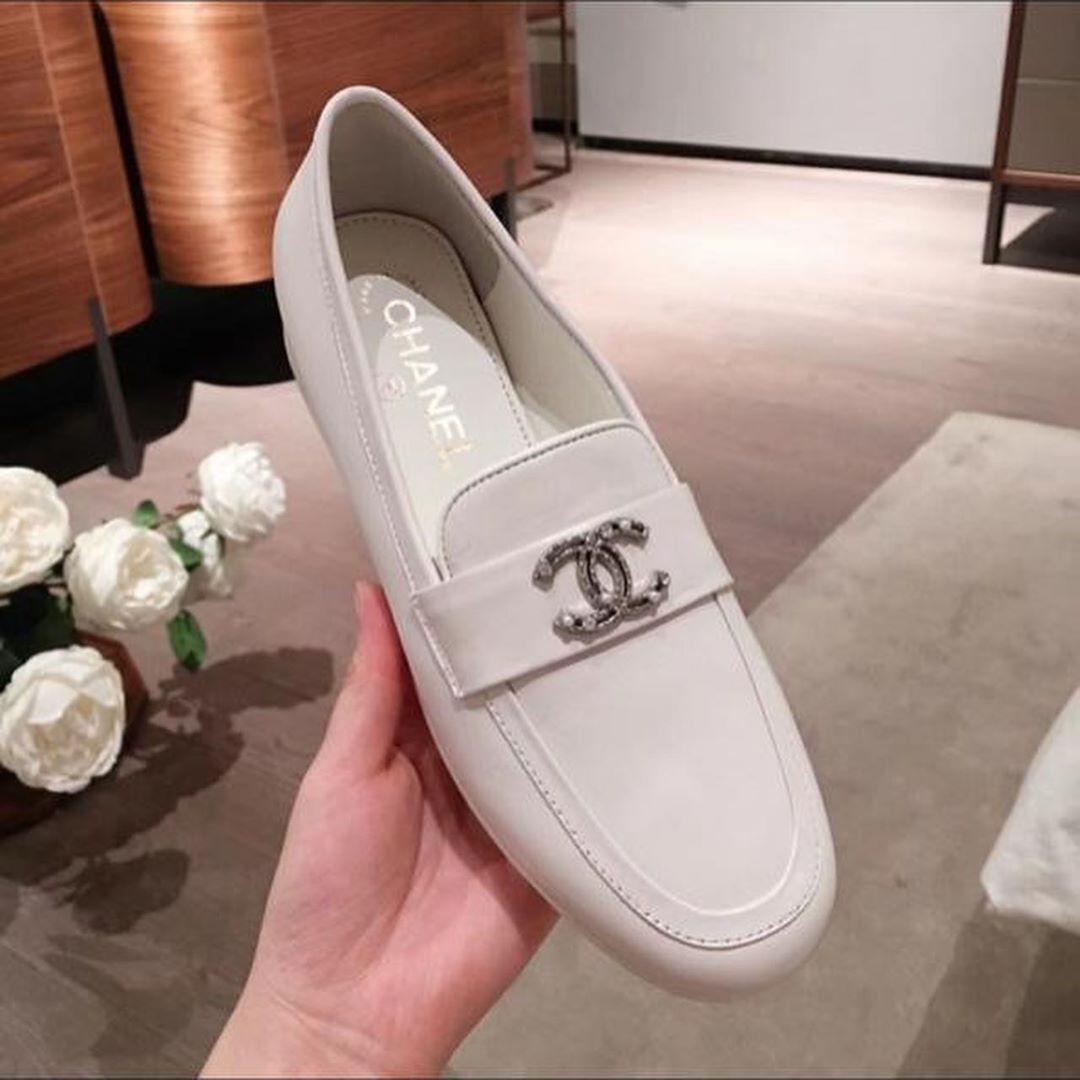السعر 700 ريال 187 التوصيل لجميع انحاء العالم شوز شوزات جزم احذيه نايك اديداس بوما ماركه شانيل قوتشي تسليم فوري ش In 2020 Loafers Shoes Fashion