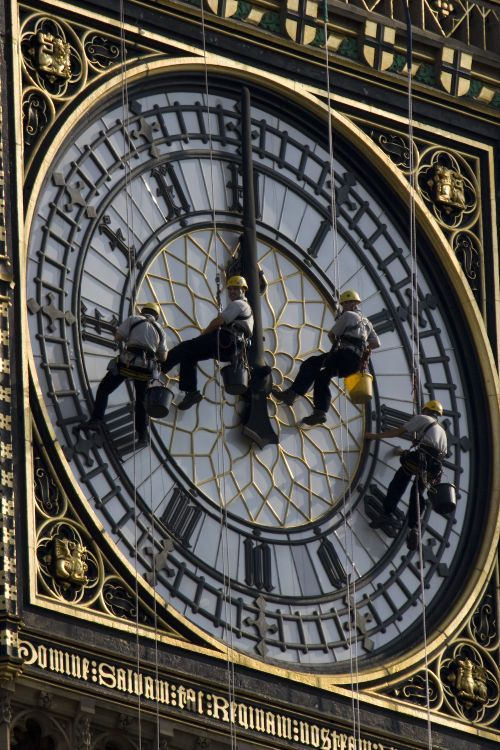 vie77:  our-amazing-world:  Cleaning Big Ben :) Amazing World beautiful amazing  Lol