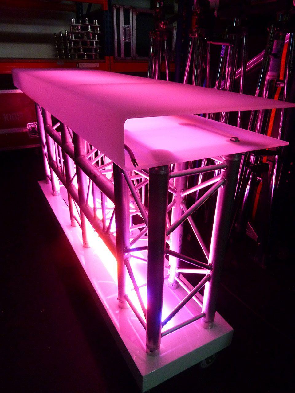O modelo de cabine de DJ é um modelo único e muito atractivo. É ...