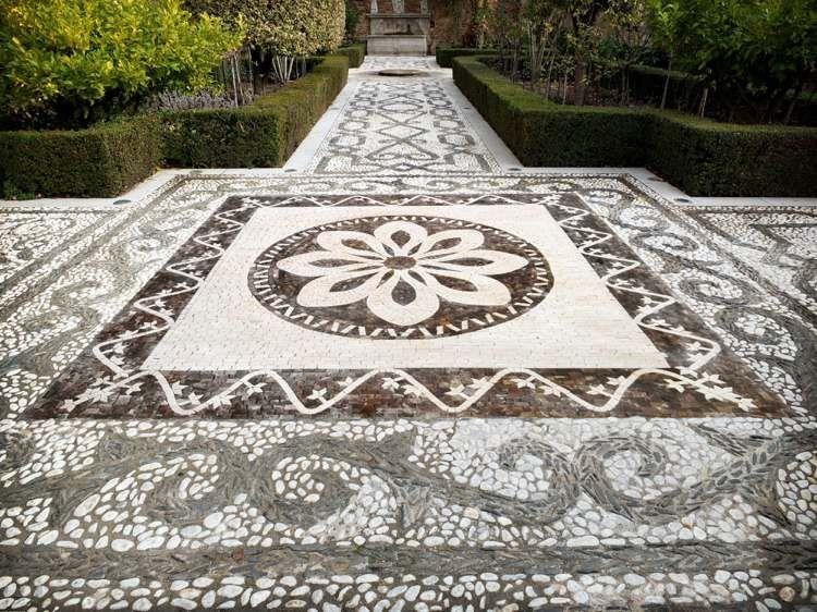 Mosaïque décorative en galets – 35 idées de déco de jardin DIY