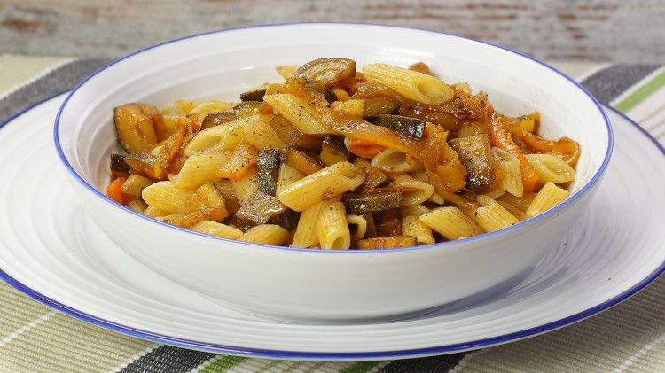Ricetta Pennette zucchine e peperoni: Le pennette zucchine e peperoni sono proprio un primo piatto per l'estate: leggero e gustoso. Perfetto anche da portare in spiaggia, provatelo anche voi!