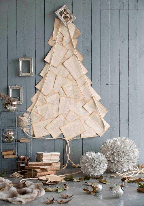 Un árbol de Navidad con las hojas de un libro antiguo y una cuerda ...