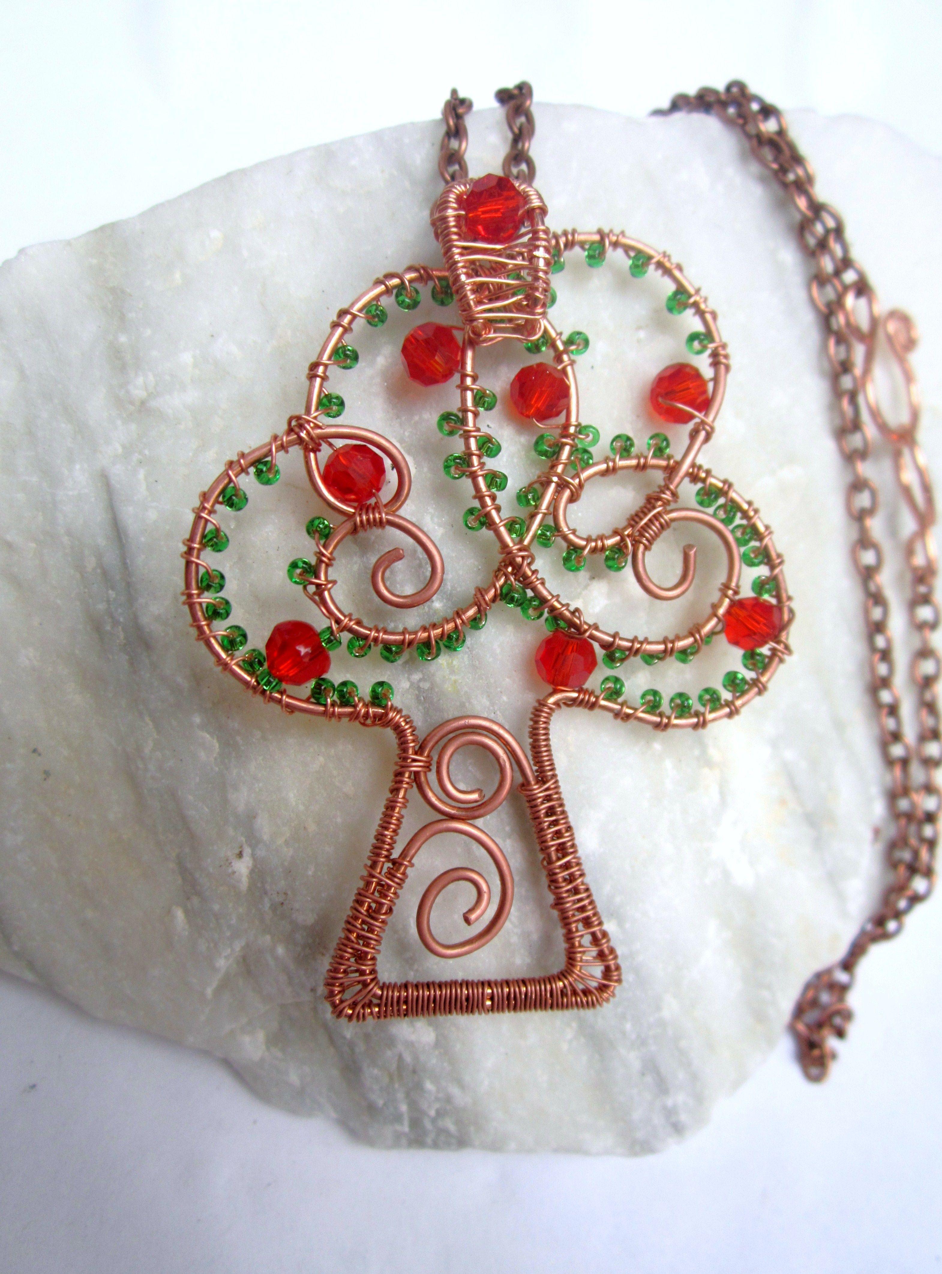 Collana con ciondolo in rame, cristalli e perline di vetro. Creative Wire: bigiotteria handmade (FaceBook)