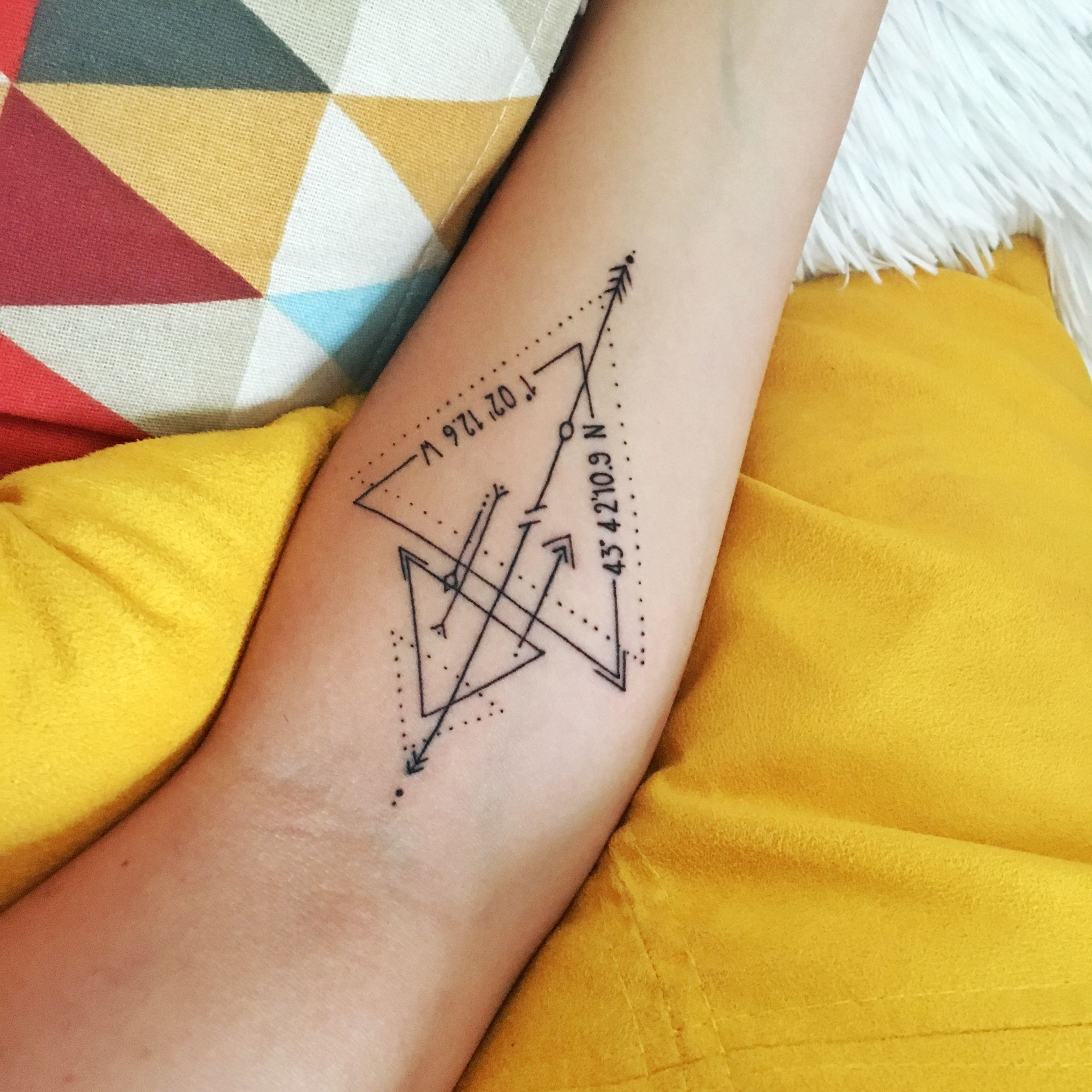 tattoo triangles fl ches bras coordonn es gps ink pinterest tatouages lettre tatouage. Black Bedroom Furniture Sets. Home Design Ideas