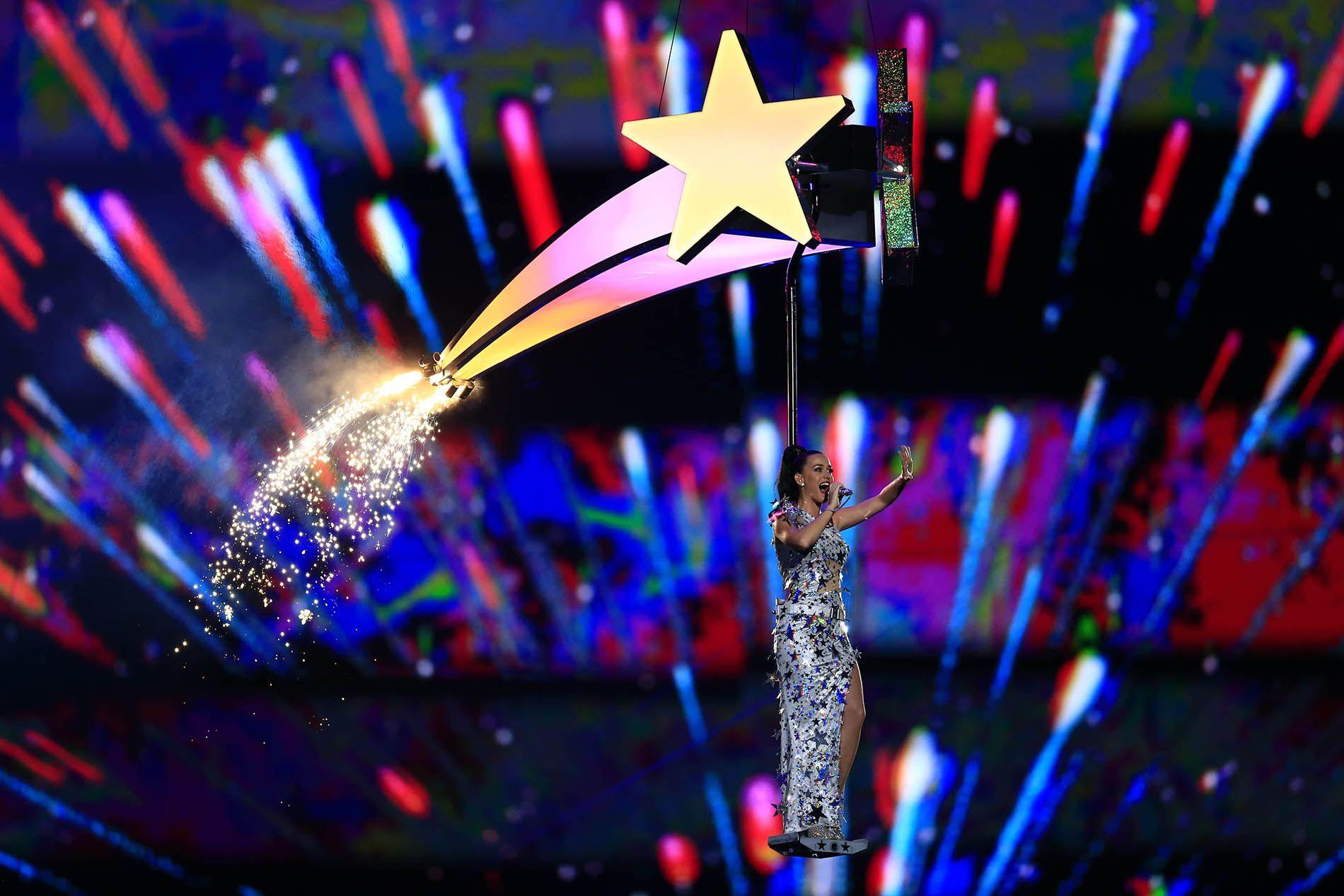 Katy Perry deslumbra en el medio tiempo del Super Bowl