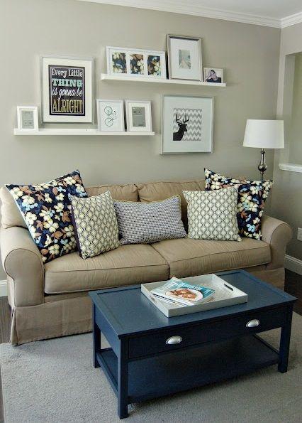 Prateleiras com quadros e molduras home pinterest for Decoracao sala de estar quadros