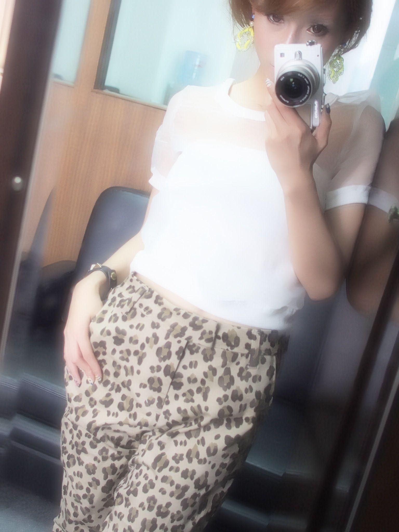 お仕事終わりー。今から家へ向かうよー!!うん、うん、やっぱり暑い…。今日の私服STYLE. パンツ…Cher トップ…Snidel ブレス…NINE ピアス…honey mi honey ではまた♡