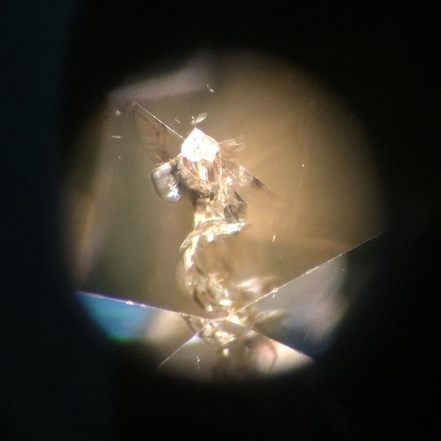 Crazy diamond inclusion at 45x magnification  #jewelry #jewelrygram #jewelrydesign #jewelrybox #jewelrylover #jewelryaddict #jewelrystore #jewelryforsale #sfbayarea #marincounty #sonomacounty #diamond #geminclusion #gemphotography #gem #microscope #GoldRu