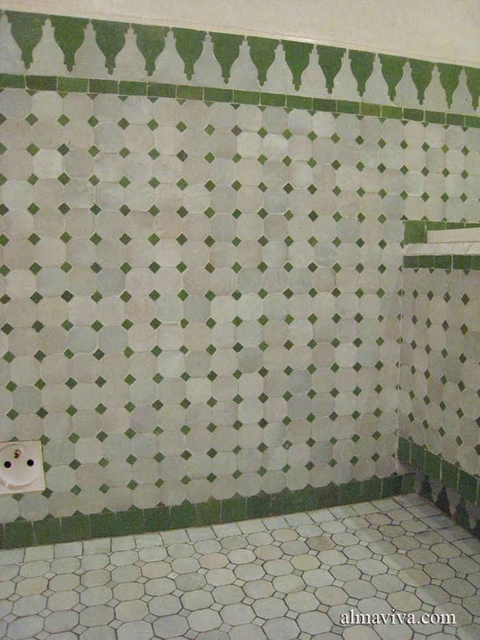 Salle de bains en zelliges vert et blanc. Toutes les compositions ...