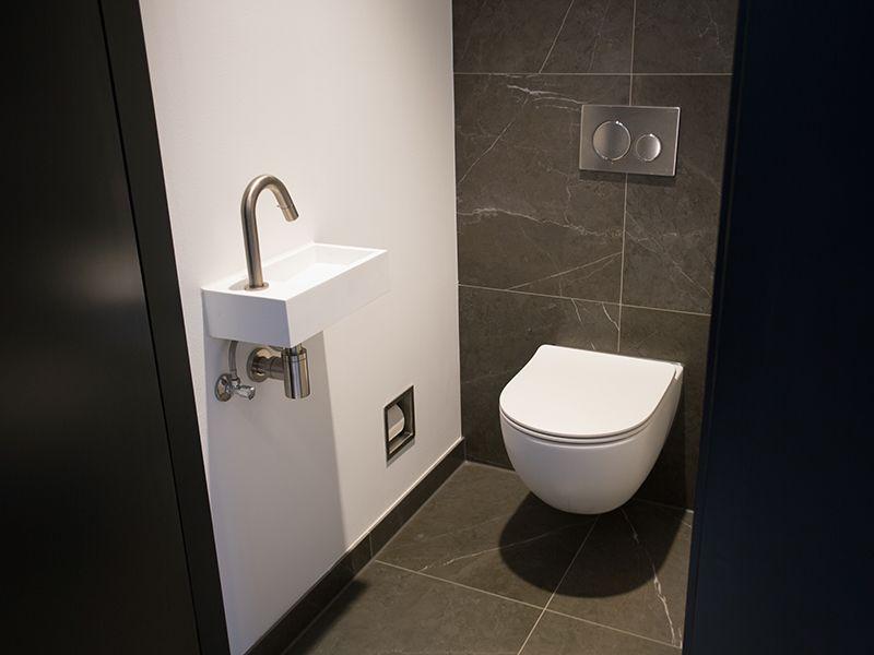 Moderne toiletten badkamershowroom de eerste kamer Ванная