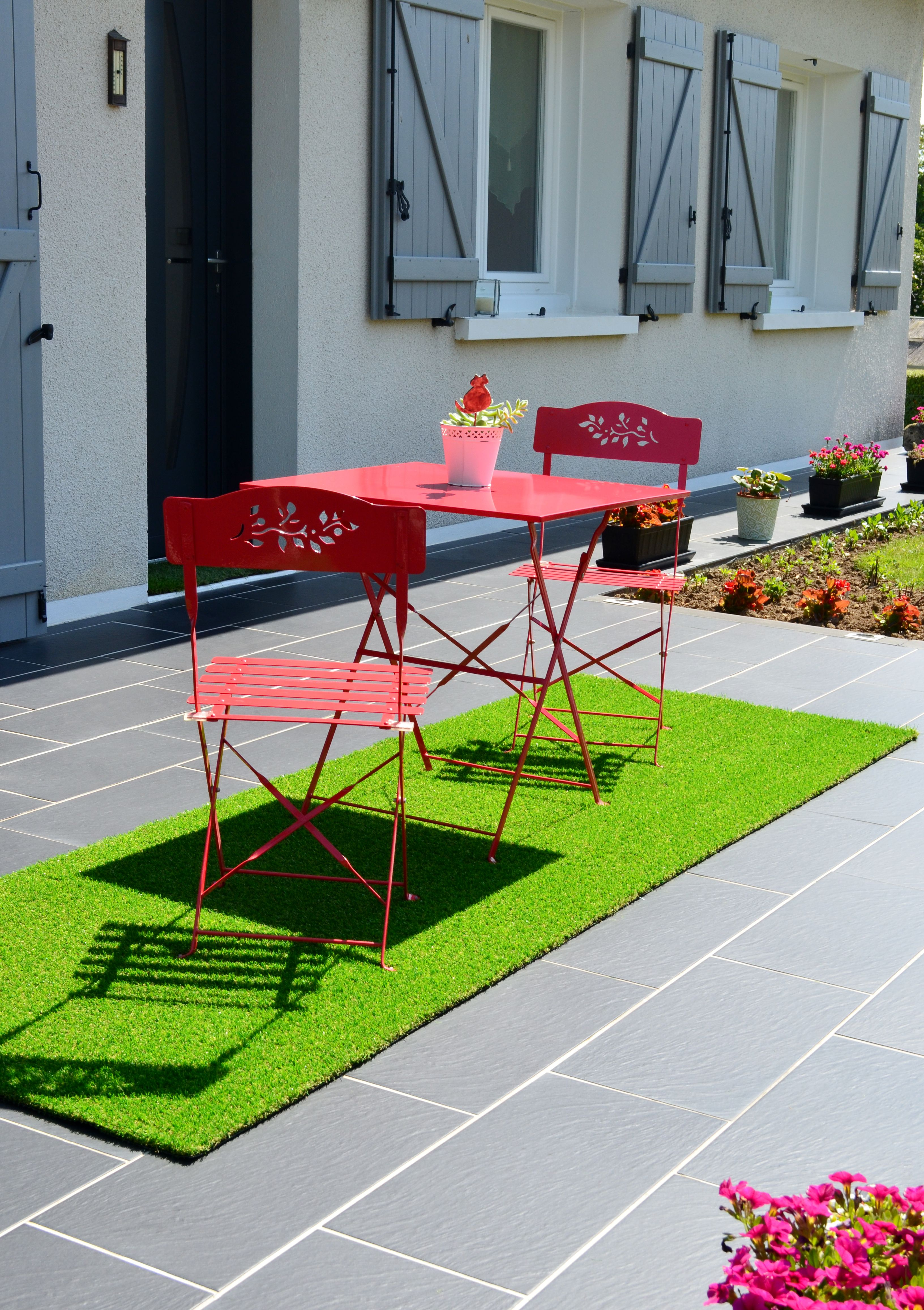 Terrasse Confortable Et Coloree Avec Ce Tapis En Gazon Artificiel