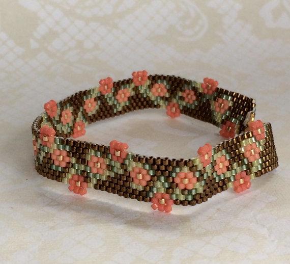 Hand vervaardigde Peyote gestikt armband in een Floral Garland patroon in koralen en brons #garlandofflowers