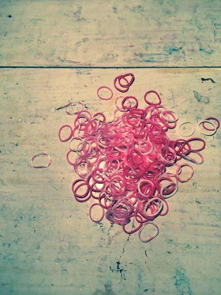 I oktober har vi special pakker med alle slags lyserøde loom elastikker. Vi støtter op om kampen for brystkræft og donere 10% af salg af disse elastikker til Kræftens Bekæmpelse. Se mere på kreabarn.dk