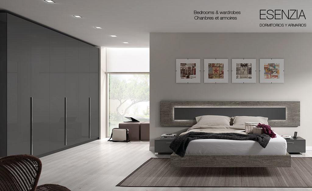 Dormitorio con cabecero moderno y amplio armario de for Decoracion comodas habitacion matrimonio
