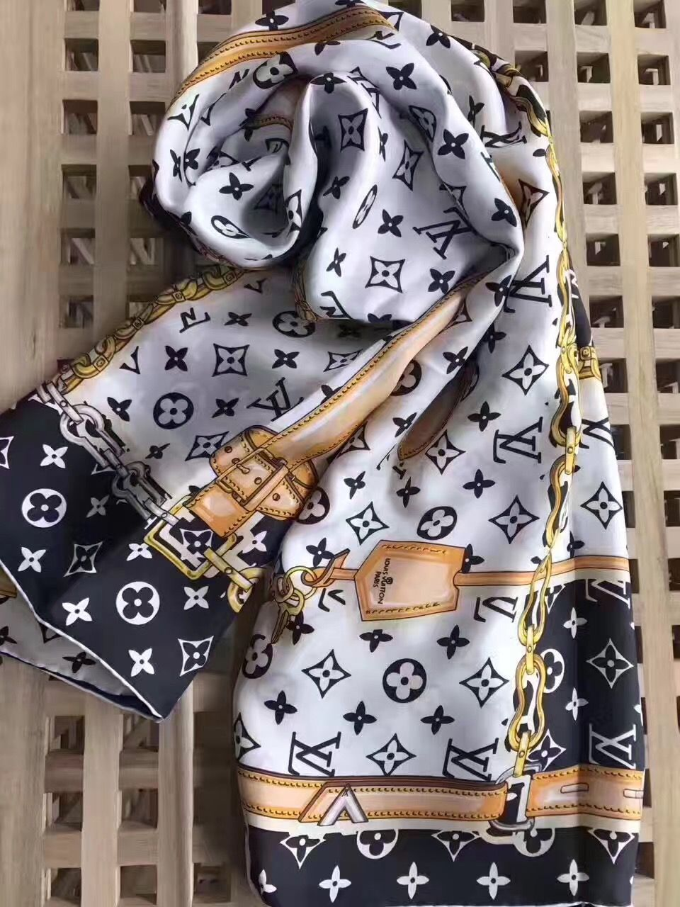 Louis Vuitton Lv silk scarf   LOUI VITOUTIN in 2019   Louis vuitton ... ce50491412b